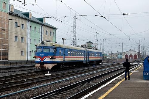 旧型の電車もロシア国旗の色に塗り替えられて活躍中。カメラを向けると運転士が手を振ってくれた