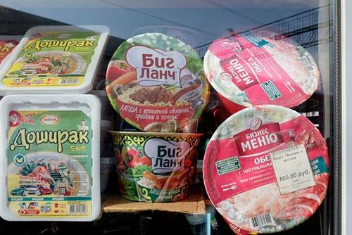 駅の売店で見かけたカップ麺。右は「ビジネスメニュー」、中央は「ビズランチ」と書いてあるから「ビジネスランチ」の類似品か。左は韓国製なのかハングルも記されている。