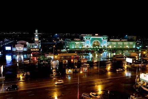 ホテルの部屋からノヴォシビルスク駅を望む。右側が長距離列車の駅、左側が郊外電車の駅
