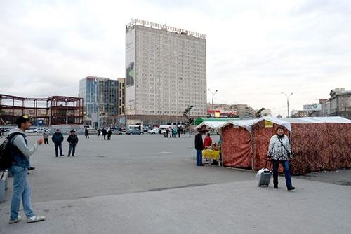 これは翌日に撮った駅前広場。正面が宿泊したホテル。外観はややくたびれているが、中身はリニューアルしてあってきれいだった