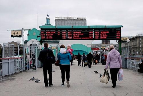 電光掲示板に、列車番号や行き先、乗り場が表示されている