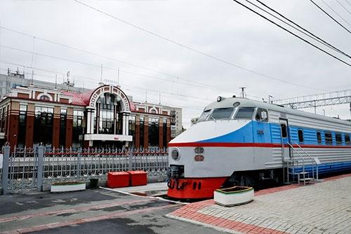 かつて、モスクワとレニングラード間を走っていた特急電車。バックに見えるのは新装になった郊外電車の駅