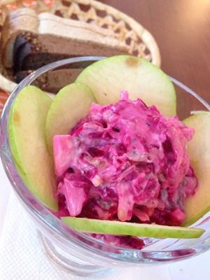 ビーツやきゅうりが入ったピンクサラダは、いま一つ食欲を刺激しない色合いだが、味は悪くなかった(撮影:二村 嘉美)