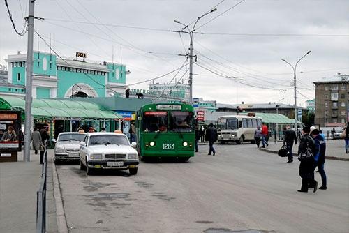 ノヴォシビルスクのトロリーバスは、ずいぶんクラシックな車両だった。左の2台の車はタクシー