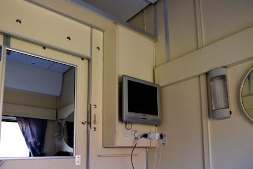 1等車のコンパートメントにはシャープ製の液晶テレビがあった。結局見なかったが……。そして、やはり室内にコンセントがあるのは便利