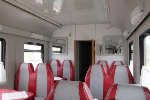 これまで乗った列車とはまったく違う雰囲気の食堂車だった