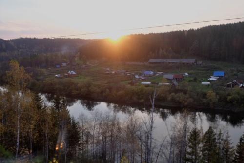 シベリア鉄道で見る最後の夕陽が山の端にかかった