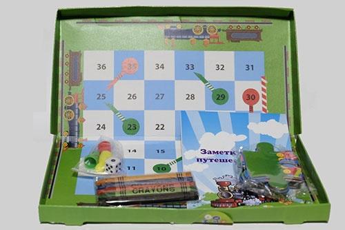 塗り絵やパズルなど、いくつかのおもちゃがセットになっている