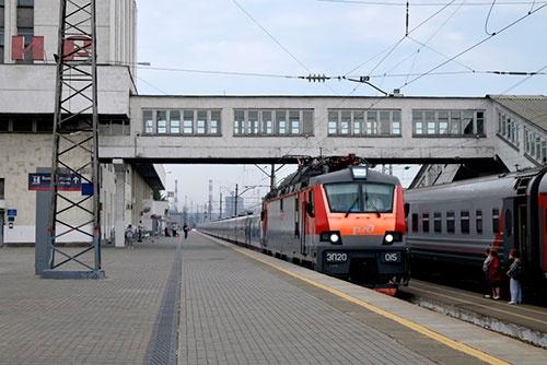 到着した列車を見ると、客車の高さが異様に低かった