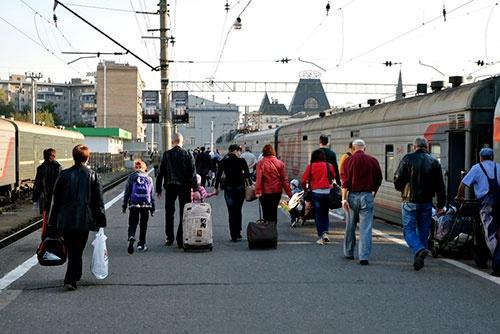 列車を降りて出口に向かう人びと
