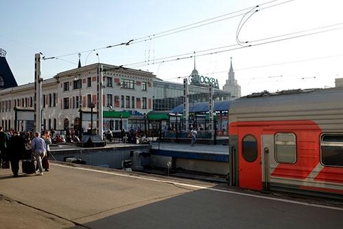 モスクワ・ヤロスラブリ駅は、サンクトペテルブルグに向かうモスクワ・レニングラード駅と隣り合っており、広場の向かいにはモスクワ・カザフ駅がある。