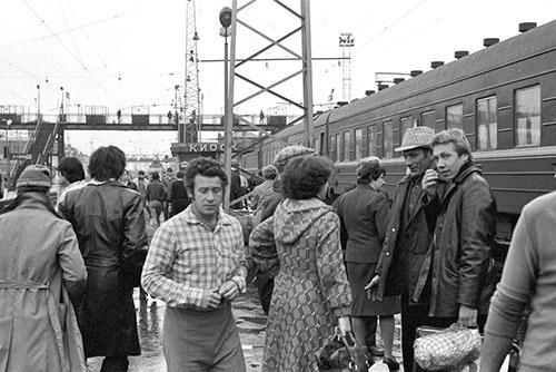 これも34年前のスベルドロフスク(現・エカテリンブルク)駅。跨線橋の上には、警察と思われる人影が何人か駅を監視している(1981年)