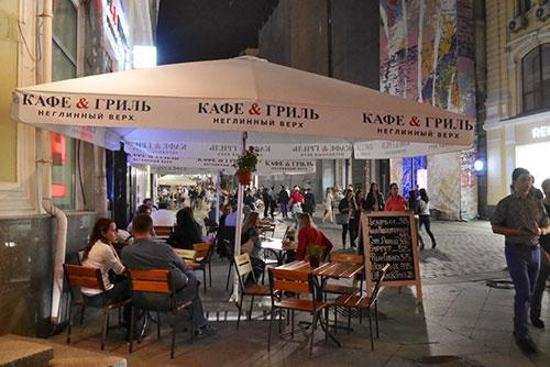 町の中心部にあるカフェやビール屋は、夜遅くまで若い人で賑わっていた。パラソルには「カフェ&グリル」と書かれている。