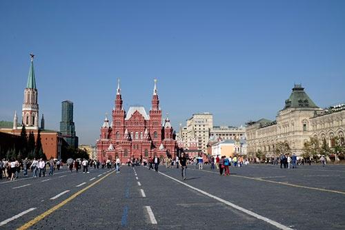赤の広場を南側から見たところ。中央の建物はロシア国立歴史博物館。右の立派な建物はグム百貨店。