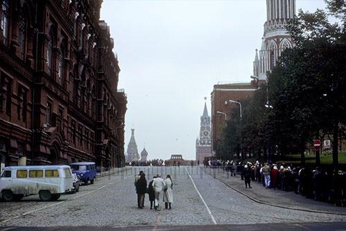レーニン廟にお参りするために長い行列をつくるモスクワの人びと(1985年)