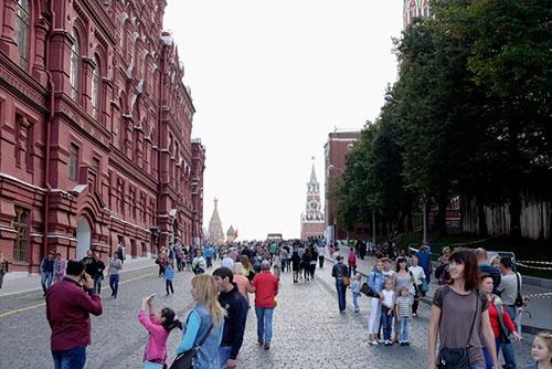 レーニン廟はこの写真の奥に見える塔の手前にある。今でも行列はできていたが、そのほとんどは観光客だった。中央の赤レンガの建物はロシア国立歴史博物館。