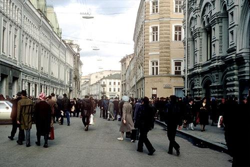 当時もこの通りには商店が並んでいたはずだが、社会主義時代なので派手な看板がないから、どこが何の店なのかが、よそものには分からない(1985年)