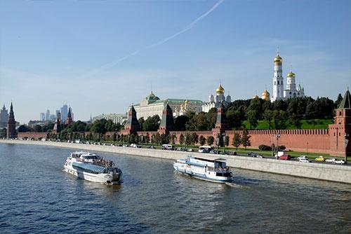 モスクワ川にはひっきりなしに大小の遊覧船が通る。バックはクレムリン。左後方には高層ビル街の「モスクワ・シティ」が見える
