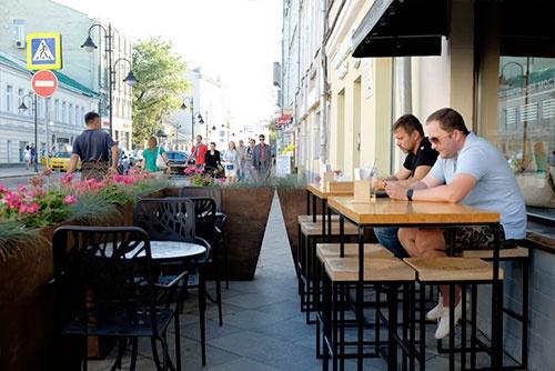 通りに並ぶカフェで休憩。大柄なロシア人男性が、一心不乱に小さなスマホをいじっている様子はユーモラスだった