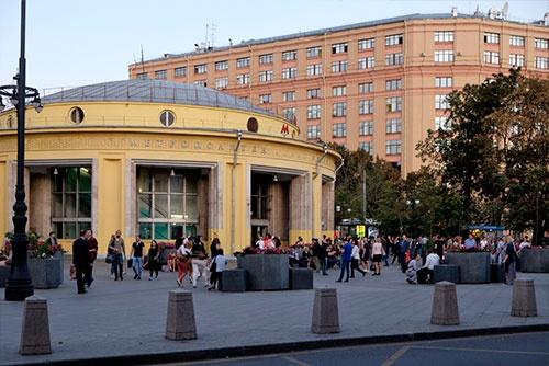 ピャトニツカヤ通りのなかほどにある地下鉄ノヴォクズネツカヤ駅入口