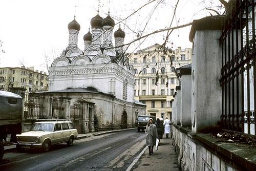 ピャトニツカヤ通りの脇道にあるチェルニゴフスキー通りには、道の両側に教会の建物が並んでいた(1985年)
