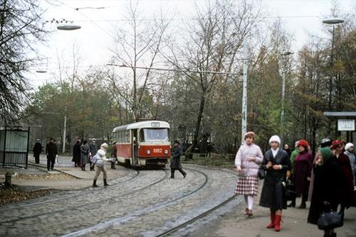 30年前の地下鉄ノヴォクズネツカヤ駅前に到着した39系統の電車。このときは、タトラ社製の車両ばかりだった(1985年)