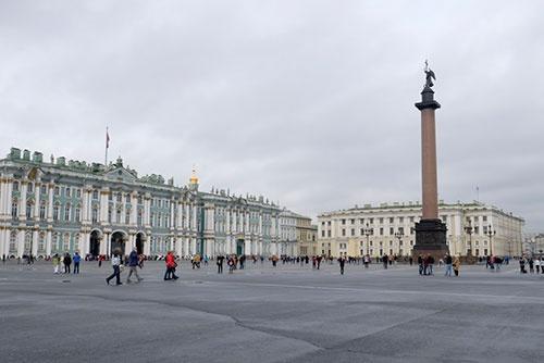 エルミタージュ美術館のある冬宮(左)と宮殿広場