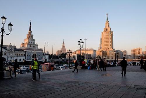 モスクワ・レニングラード駅前から、モスクワ・カザフ駅(左)を望む。広々とした空間がいい感じ