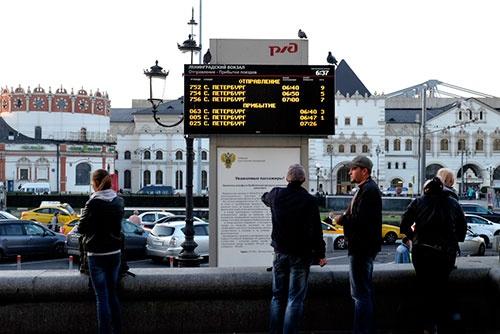 モスクワ・レニングラード駅前にあった発着時刻表。上が発車時刻、下が到着時刻