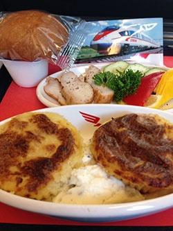 サプサンの車内食。メインは肉と魚を選ぶことができた。このあとにデザートとコーヒーが付く(撮影:二村嘉美)
