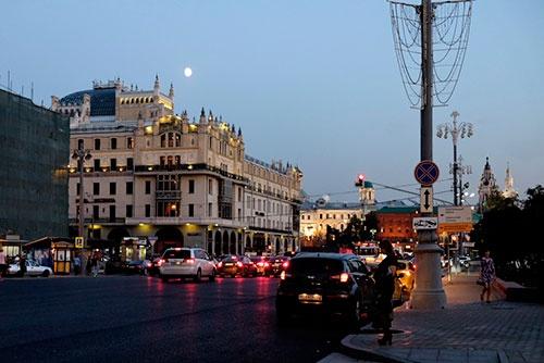 満月をバックにしたホテル・メトロポール(左)