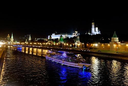 夜遅くまでモスクワ川には遊覧船が行き来していた。クレムリンがライトアップされるなんて、ソ連時代には想像もしなかった