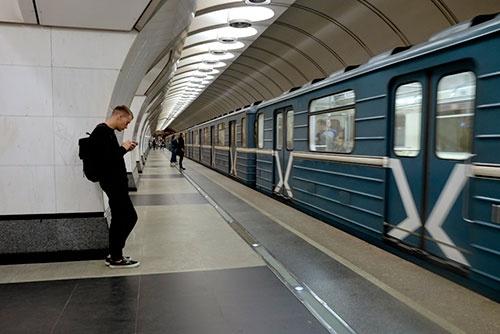 地下鉄10号線、スレツェンスキー・ブルヴァール駅。10号線は新しいからか、構内はシンプルなデザイン