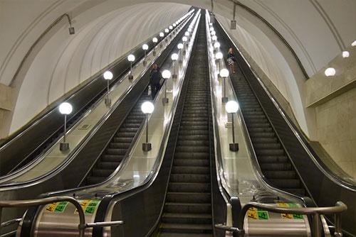 この長~いエスカレーターがモスクワの地下鉄の特徴。戦争が起きたときのシェルターの役目もあるという