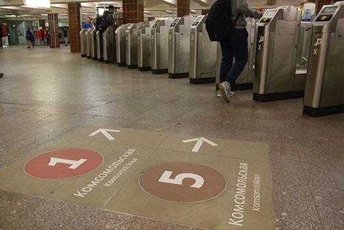 壁や床の表示をしっかり見ていれば、乗り換えに迷うことはない。数字は路線の番号