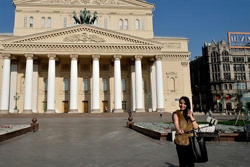 ボリショイ劇場前で自撮りをする若い女性
