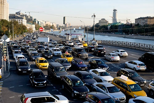 大混雑の夕方のモスクワ市内。黄色の車がタクシー