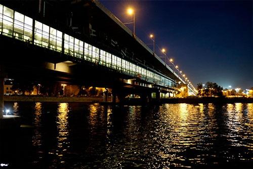 モスクワ川を渡る地下鉄1号線ヴォロブヨヴイ・ゴールイ駅。橋の上に駅があり、両岸に出入口が設けられている