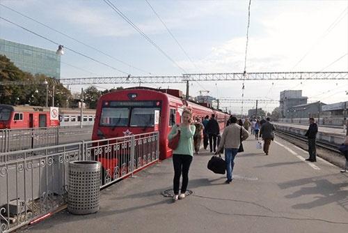 パヴェレツキー駅で発車寸前のアエロ・エクスプレス。それでも、やはり写真は撮る