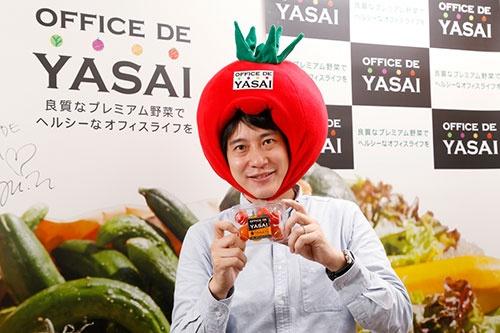 KOMPEITOの川岸亮造社長。オフィスに野菜を届けるサービスを拡大するため、野菜のかぶり物を営業に持参する(写真:尾関裕士、以下同)