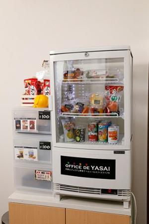 OFFICE DE YASAIの利用イメージ。食べたい人はその都度、料金箱に50~100円を入れて野菜を購入する