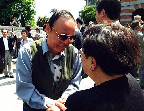 2001年5月、勝訴の判決を喜ぶ原告の千龍夫さん/熊本(写真:読売新聞/アフロ)