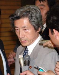 控訴断念を記者団に伝える小泉首相(写真:読売新聞/アフロ)