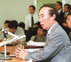 控訴断念決定後、記者会見に臨んだ坂口力厚生労働相(写真:読売新聞/アフロ)