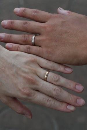 二人の結婚指輪。最初、妻はその写真を渋った。「指毛が写る……」「フォトショップ で修正しますから」。すいません、そのままです