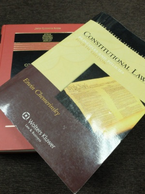 アメリカの代表的な憲法の教科書。ちなみにアメリカには日本の「六法全書」のような法律をまとめた本はない