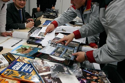 ディテールを忠実に再現するため、ルーカスフィルムが提供してくれた資料のほかに市販の書籍や雑誌など膨大な資料をかき集めた