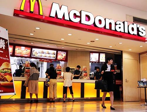 日本マクドナルドは、スマホで商品を事前注文し決済もできるシステムを全2900店に導入する。入店と同時に注文内容がキッチンに伝わり、顧客の不満が多かった待ち時間をほぼなくすことができる(写真:つのだよしお/アフロ)