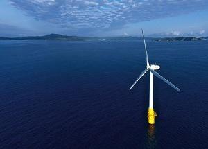 <b>戸田建設が長崎県五島市と共同運用する浮体式洋上風力発電設備。茶柱の原理で体勢を立て直せる</b>