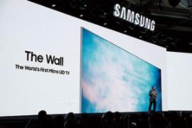 韓国サムスン電子は2018年1月の米家電見本市(CES)でマイクロLEDを使った壁ディスプレー「The Wall」を発表した。画面のサイズは146インチで、解像度は4Kとされている<br />(写真=AP/アフロ)